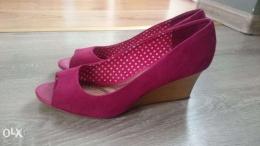 Różowe, eleganckie buty na koturnie