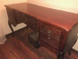 Biurko z drewna egzotycznego w kolorze mahoń zdobione szuflady