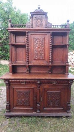 Drewniany kredens rzeźbiony.