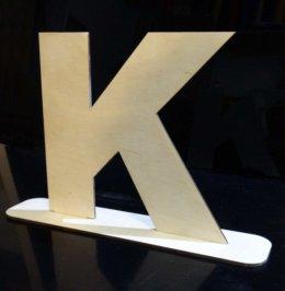 litery na podstawkach