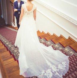 Elegancka suknia ślubna z długim trenem