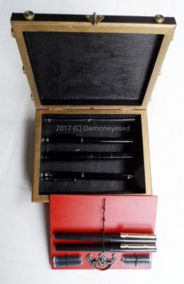 Piórnik na kolekcję piór wiecznych ekspozytor czarno-czerwony unikat