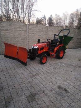 Odśnieżanie traktorkiem z pługiem i piaskarko-solarką